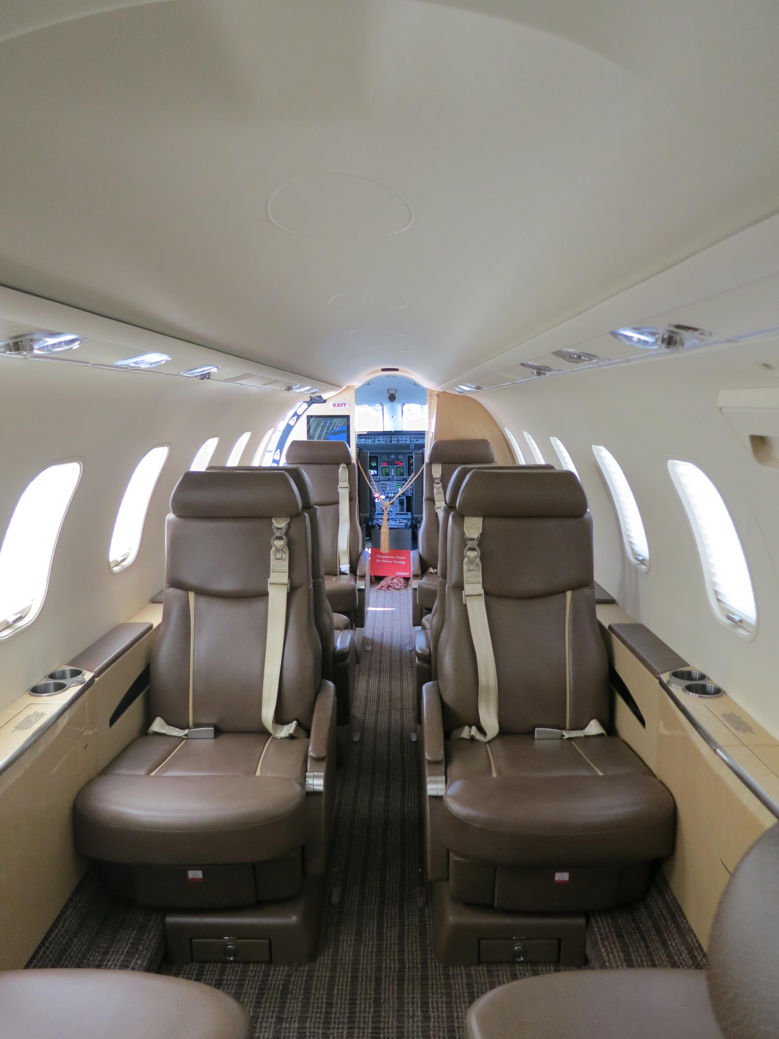 Салон с кожаными креслами в реактивном самолёте Learjet 45XR