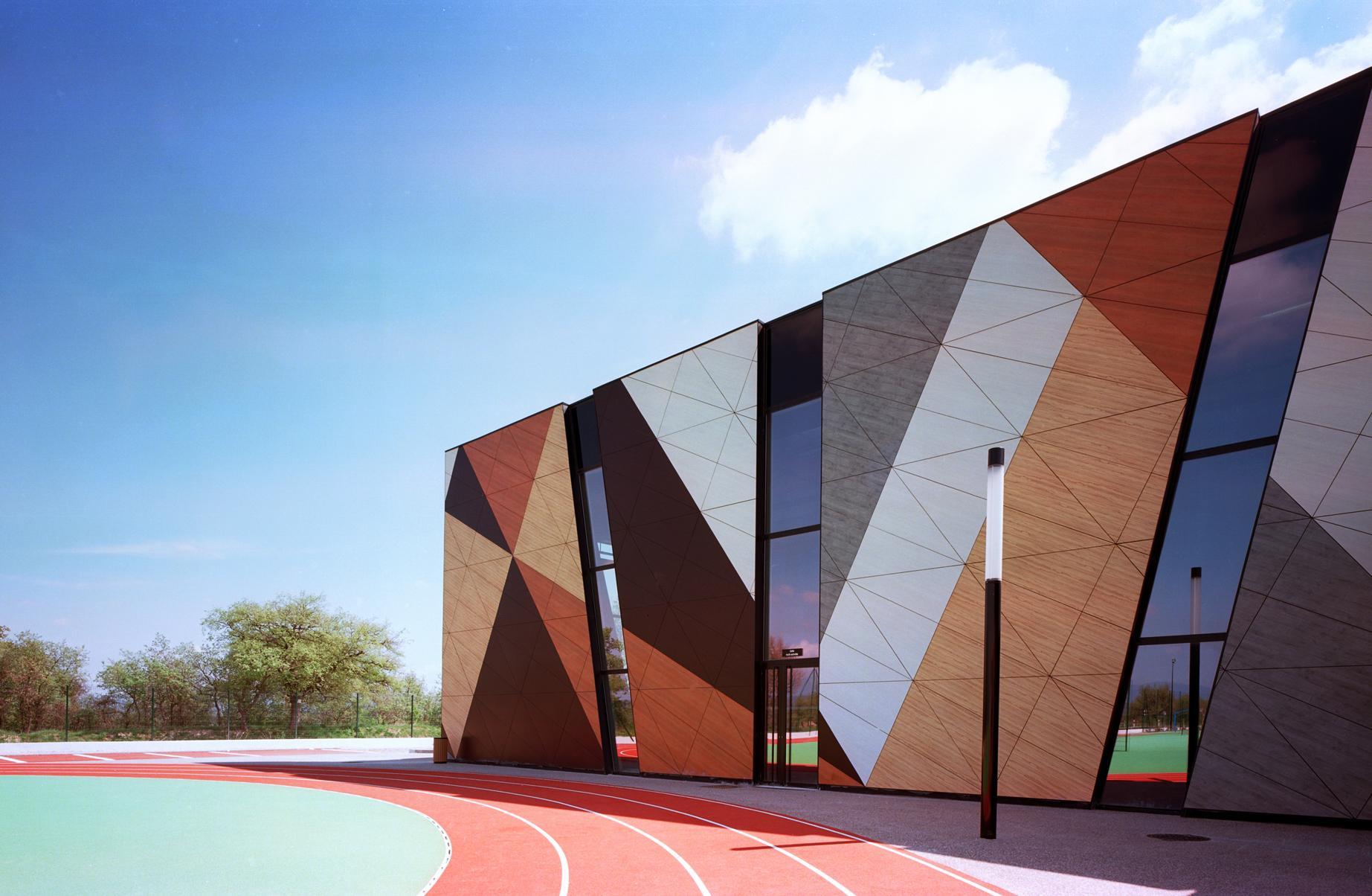 Фасад спортивного комплекса средней школы Луи Филибера