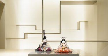 Интерьер галереи с куклами хина