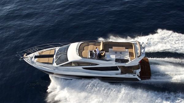 Устойчивая моторная яхта Galeon 550 Fly с широкими иллюминаторами