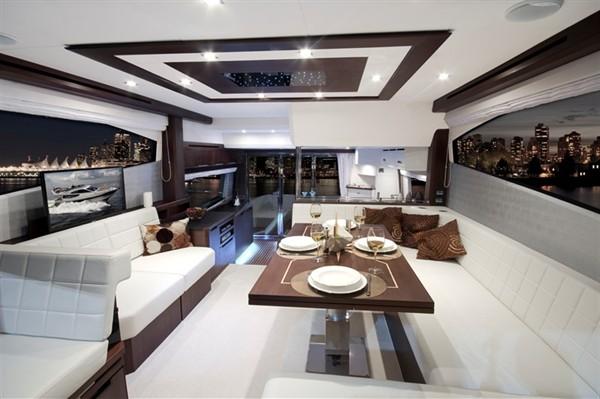 Салон моторной яхты Galeon 550 Fly с белой кожаной мебелью