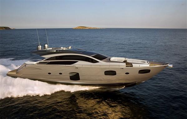 Круизная моторная яхта среднего класса PERSHING 82