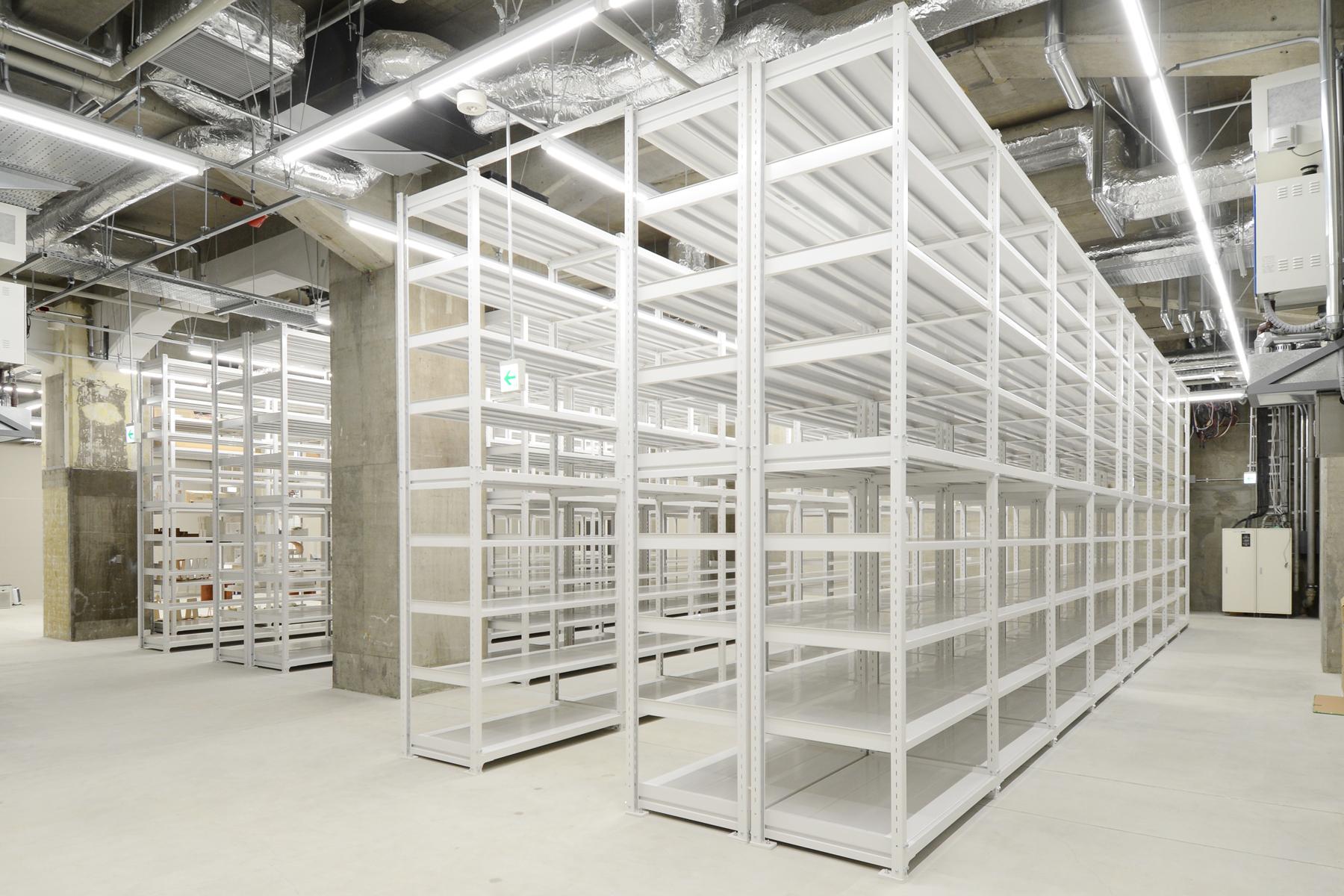 Музей моделей архитектуры: пустые стелажи