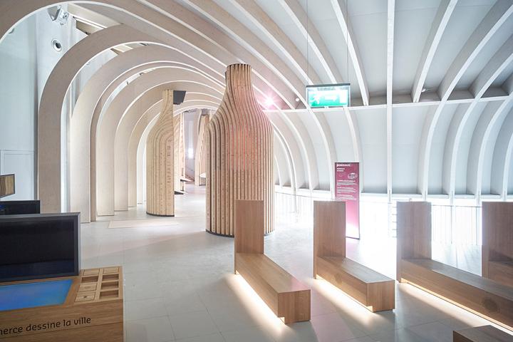 Музей вина в Бордо: деревянные скульптуры в виде бутылок