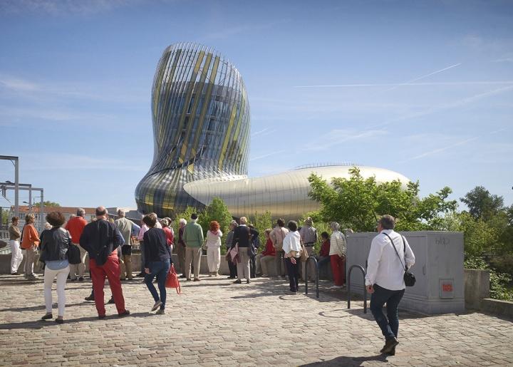 Музей вина: изогнутый фасад - фото 1