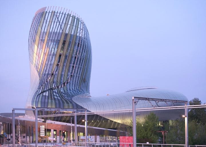 Музей вина: изогнутый фасад - фото 12