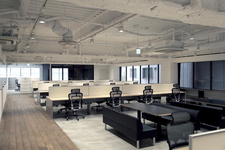 Черные стулья в штаб-квартире