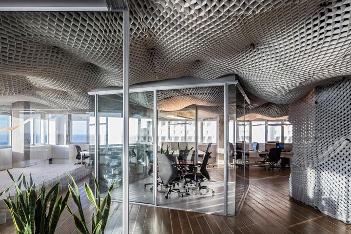 Необычный дизайн потолка в офисе компании PRS в Израиле