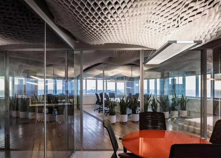 Необычный дизайн потолка в офисе компании PRS в Израиле - освещение потолка