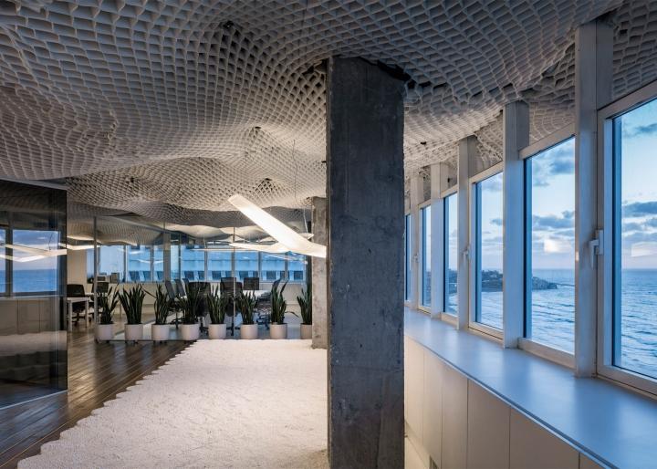 Необычный дизайн потолка в офисе компании PRS в Израиле - зеркала над окнами