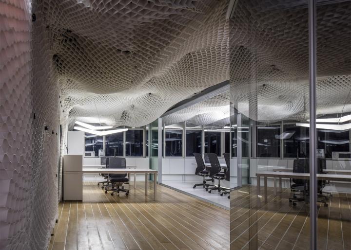 Необычный дизайн потолка в офисе компании PRS в Израиле - рабочая зона
