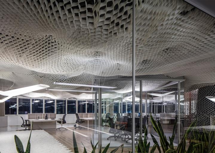 Необычный дизайн потолка в офисе компании PRS в Израиле - вид на рабочую зону