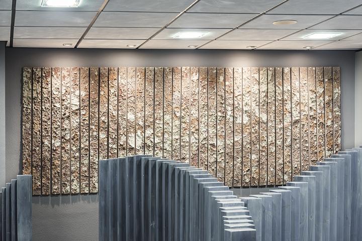 Необычный интерьер офиса в индустриальном стиле в Испании: настенные панели