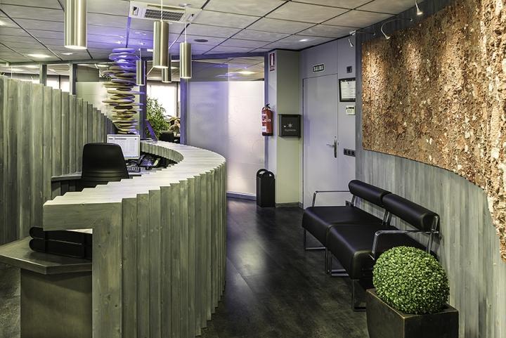 Необычный интерьер офиса в индустриальном стиле в Испании: природа и индустриальный стиль
