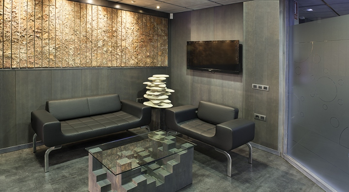 Необычный интерьер офиса в индустриальном стиле в Испании: геометрические мотивы