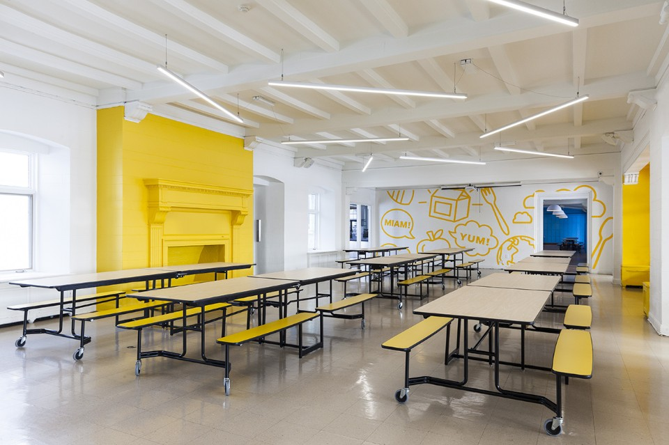 Необычный интерьер школы: бело-жёлтая столовая