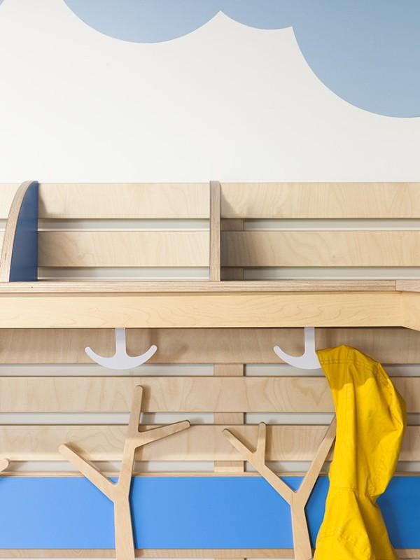 Необычный интерьер школы: оригинальные вешалки в раздевалке
