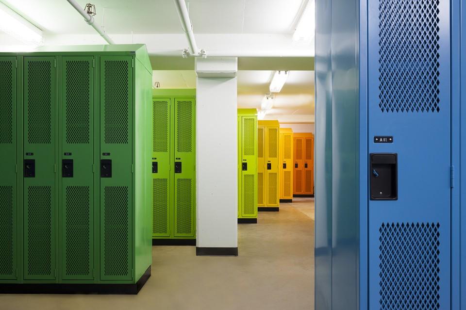 Необычный интерьер школы: разноцветные шкафчики в раздевалке
