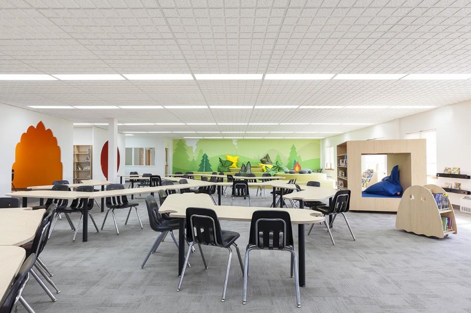 Необычный интерьер школы: современная мебель