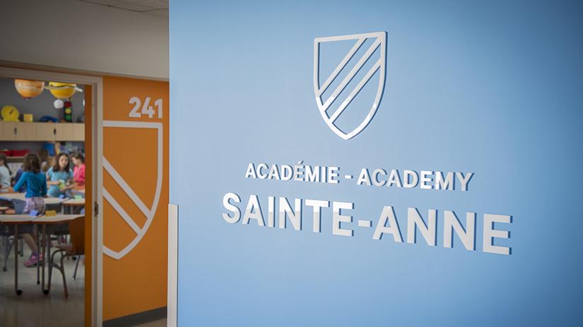 Необычный интерьер школы: название школы на стене коридора
