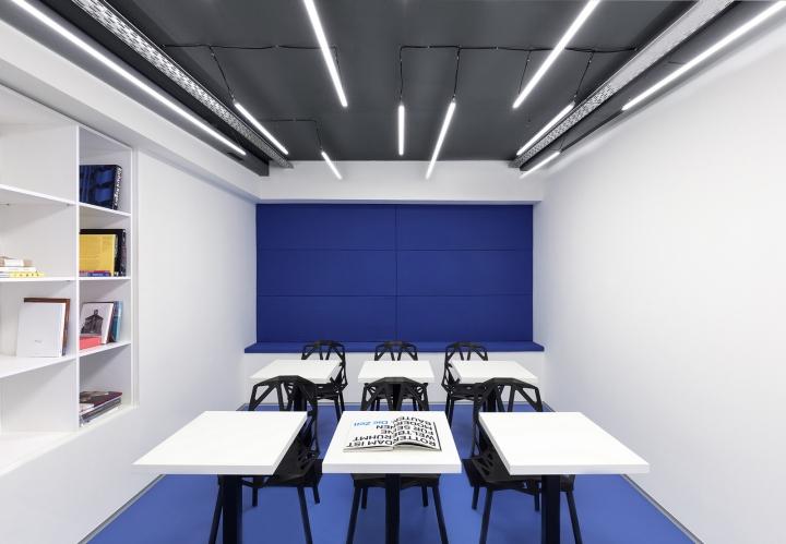 Чёрно-белая мебель в необычном интерьере школы