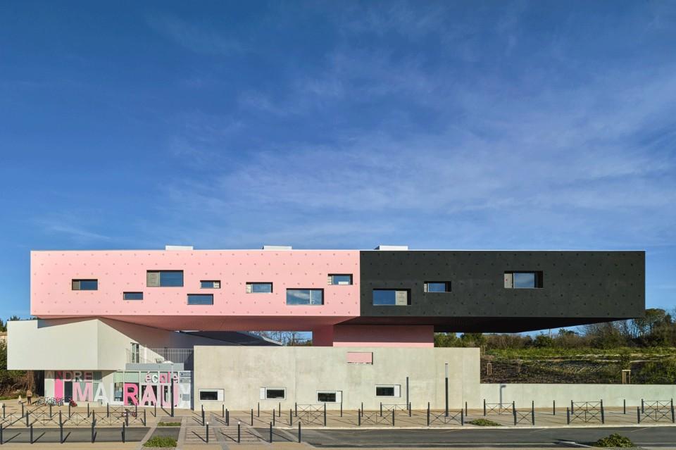Необычный интерьер школы с чёрно-розовым фасадом