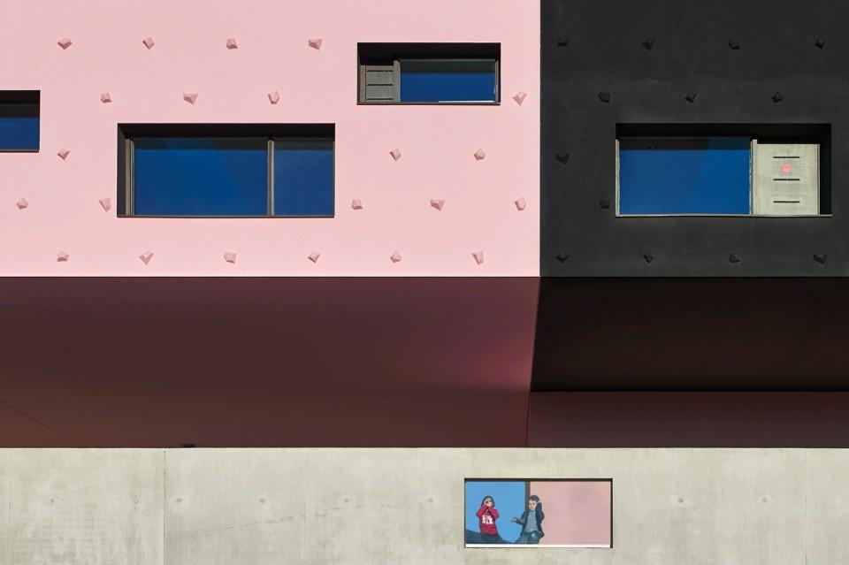 Прямоугольные окна в необычном интерьере школы