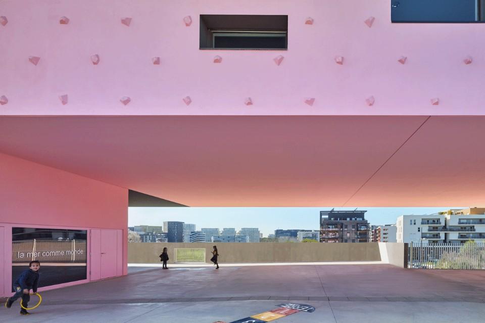 Розовые двери в необычном интерьере школы