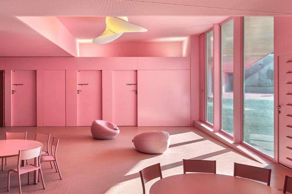 Ярко-розовая комната в необычном интерьере школы