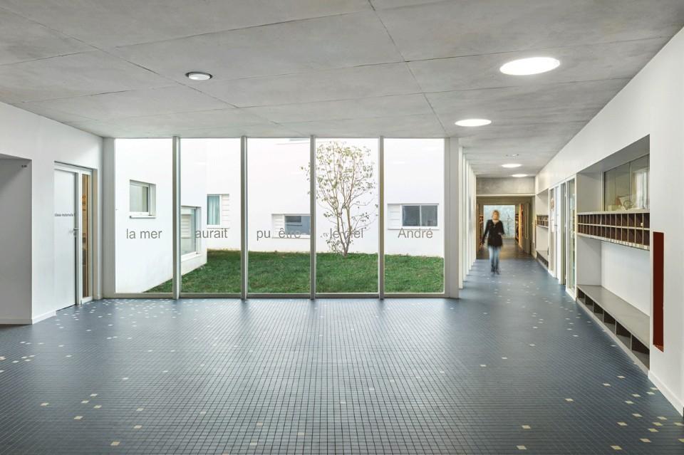 Круглые светильники на потолке в необычном интерьере школы