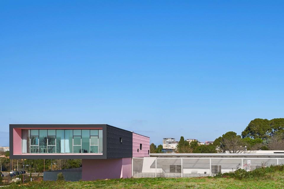 Панорамные окна в необычном интерьере школы