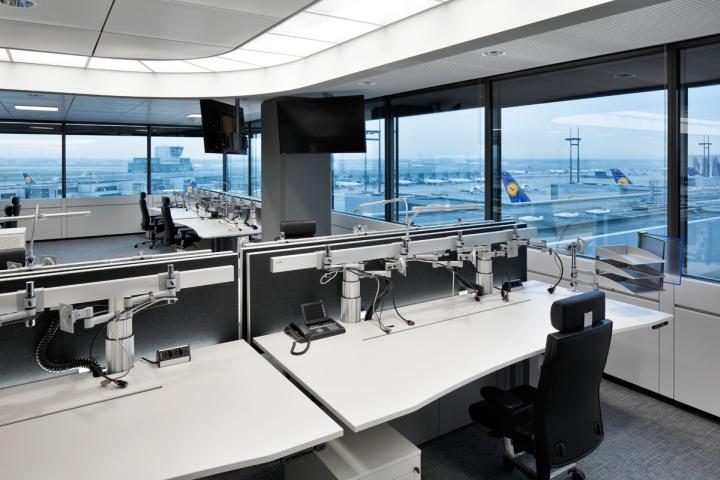 Белые рабочие столы для сотрудников в интерьере офиса