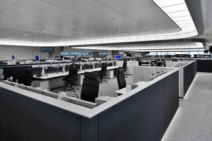 Невысокие серые перегородки в интерьере офиса