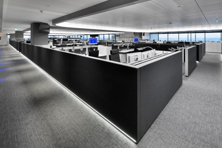 Неоновая подсветка перегородок и потолка в интерьере офиса