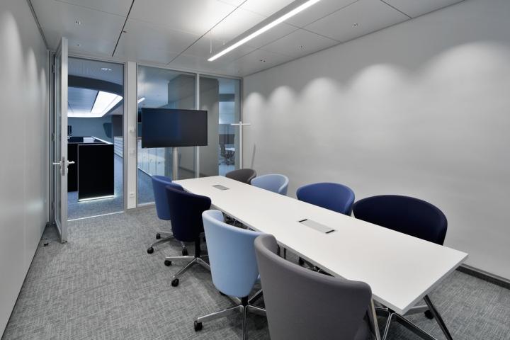 Серый интерьер помещения офиса с мебелью серых и голубых оттенков