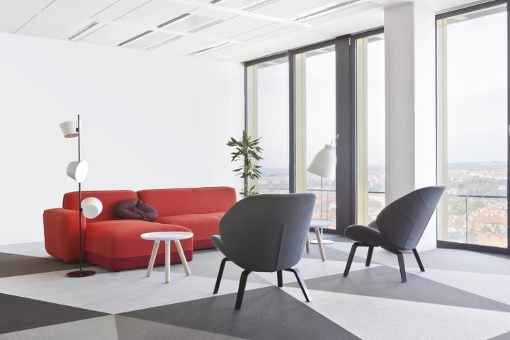 Интересный интерьер и декор офиса: комната отдыха с красным диваном