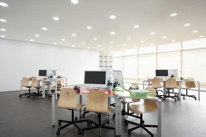 Витражное остекление стены в помещении с белой отделкой и мебелью