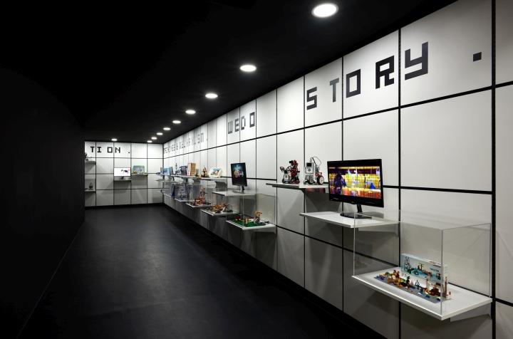 На стене на подвесных полках размещены экраны и модели конструкторов