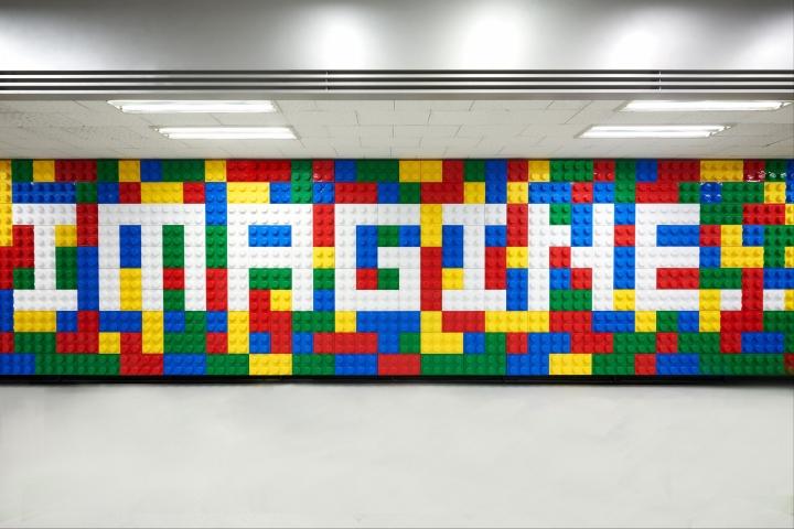Стена из деталей конструктора