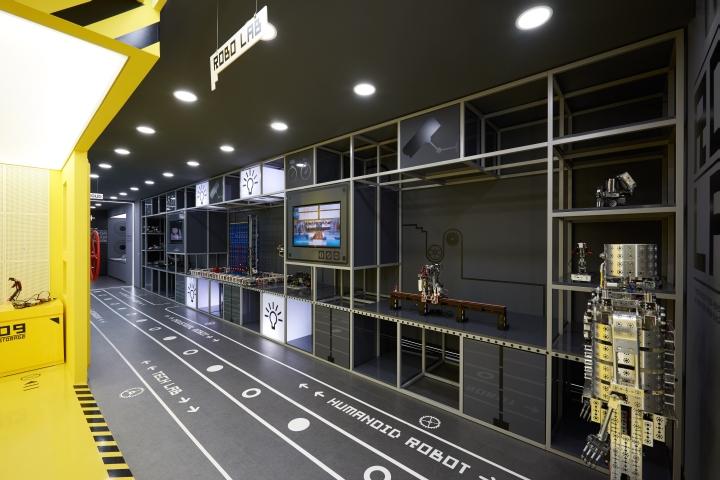 Вдоль стен расположены стеллажи с моделями конструкторов и обучающие интерактивные экраны