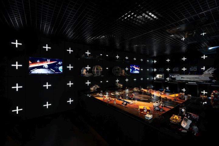 Помещение подсвечено световыми элементами смонтированными в панелях стен