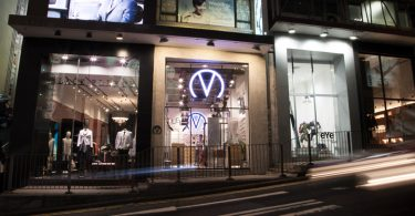Новый магазин оптики в Гонконге: фасад ночью