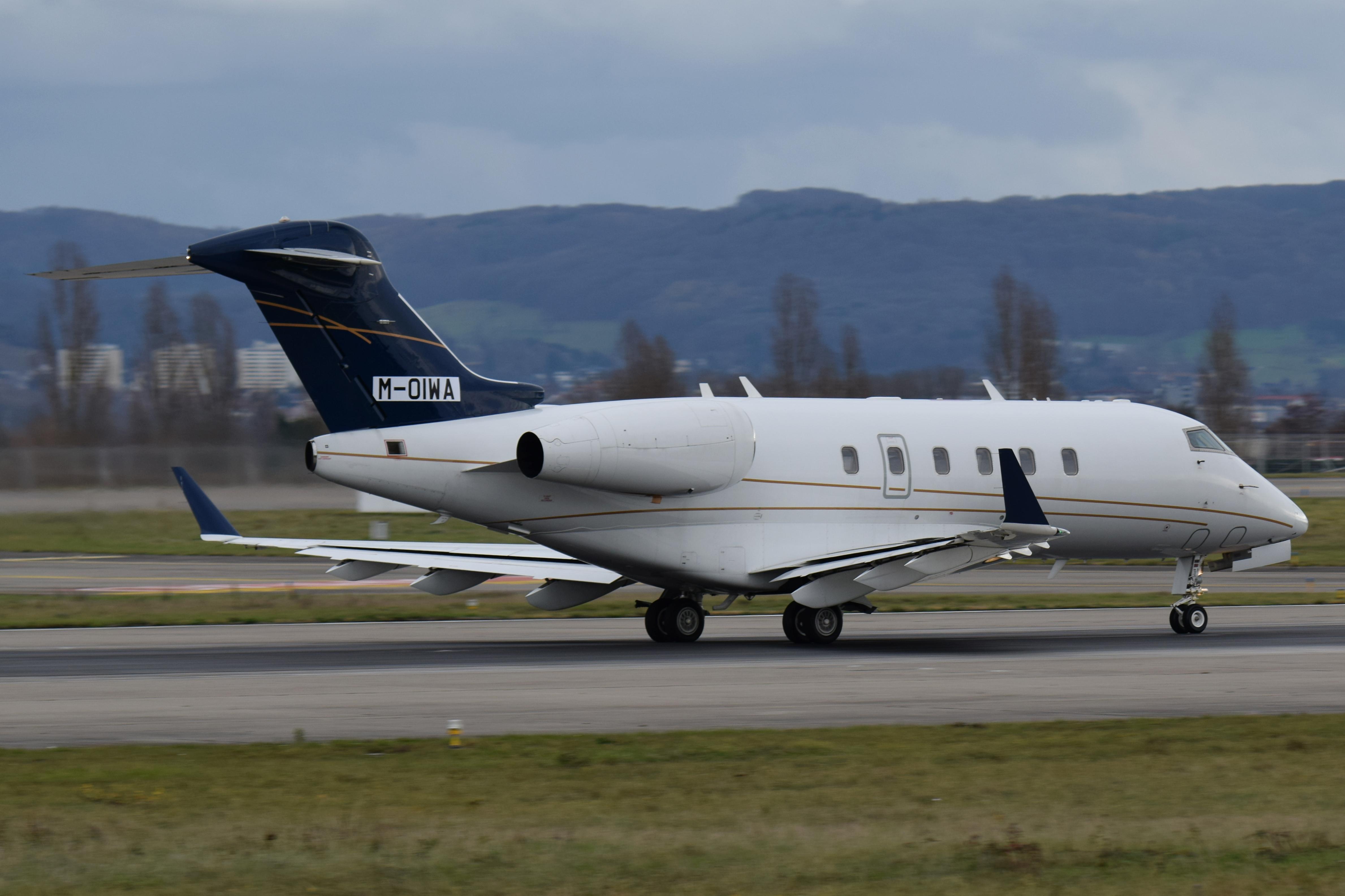 Новый самолёт «Челленджер 300» на взлётной полосе
