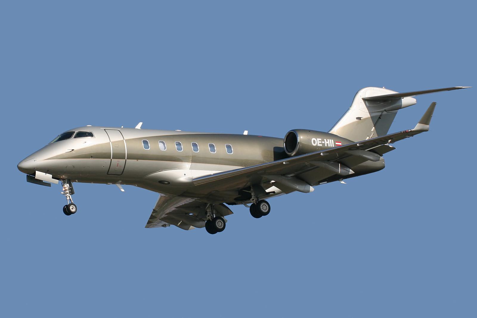 Новый самолёт «Челленджер 300» в небе