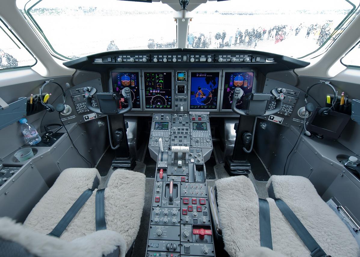 Новый самолёт «Челленджер 300»: кабина пилотов