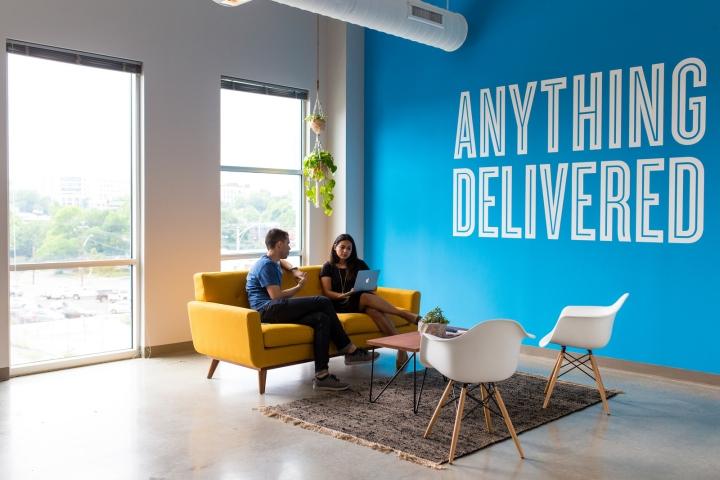 Обустройство офиса в Техасе, США: яркая мебель