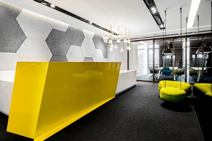 Яркий и динамичный интерьер офиса