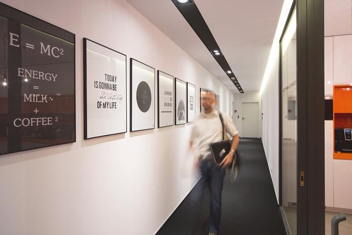 На стене коридора картины с оригинальными надписями