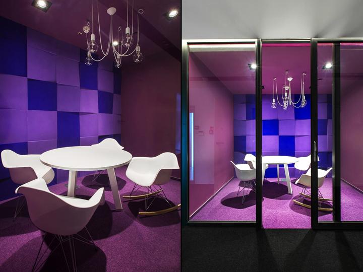 Итерьер переговорной в сине-фиолетовых тонах с акцентом на белую мебель