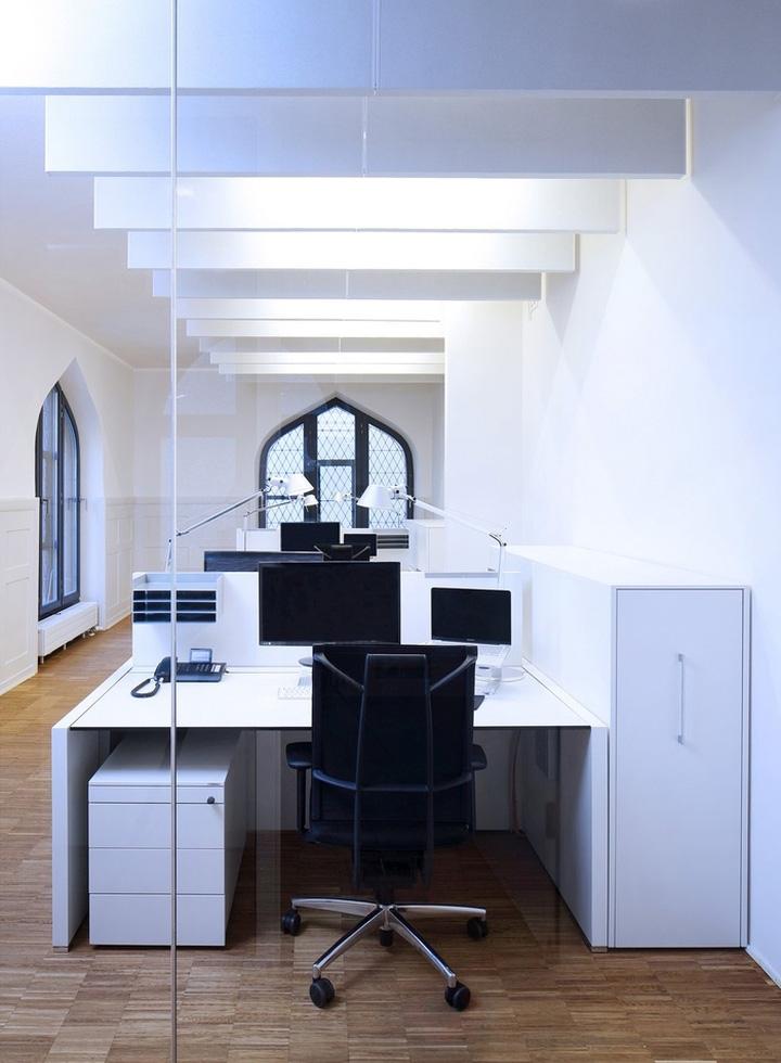 Дизайн комнаты с рабочими местами выполнен в белом цвете